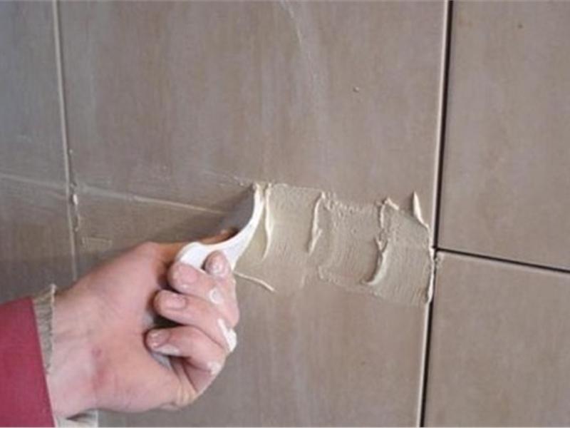 Замазывание швов на плитке.